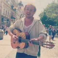 Tom Felton : la star d'Harry Potter chante incognito dans les rues de Prague