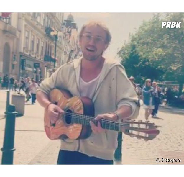Tom Felton donne un mini-concert dans les rues de Prague et poste la vidéo sur Instagram