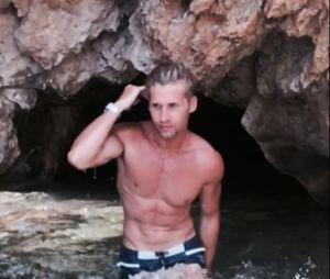 Benoit Dubois torse nu : le chroniqueur exhibe ses abdos et ses muscles pendant ses vacances d'été 2017