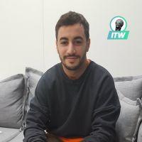 """Akim Omiri sur scène : """"C'est important pour moi que le rire ait un sens"""" (Interview)"""