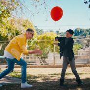 """Clip """"A Different Way"""" : DJ Snake met en lumière un jeune danseur amoureux 🎈💜"""