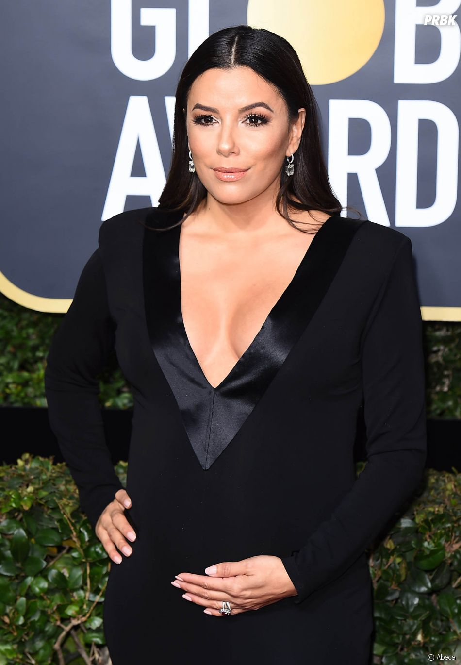 eva longoria enceinte sur le tapis rouge des golden globes 2018 le 7 janvier los angeles. Black Bedroom Furniture Sets. Home Design Ideas