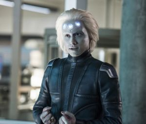 Supergirl saison 3 : Brainiac 5 sur une photo de l'épisode 10