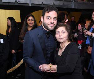 Sami, le frère jumeau de Rami Malek, pose avec leur mère à une after-party des Golden Globes 2019