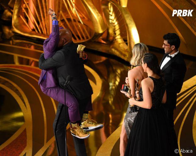 Spike Lee saute dans les bras de Samuel L. Jackson après avoir remporté l'Oscar du meilleur scénario adapté pour BlackKklansman