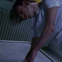 """Clip """"Normal"""" : Roméo Elvis piégé dans un cauchemar délirant 💉"""