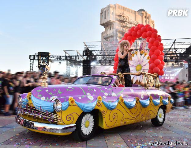Magical Pride à Disneyland Paris : Corine lors de la parade riche en couleurs