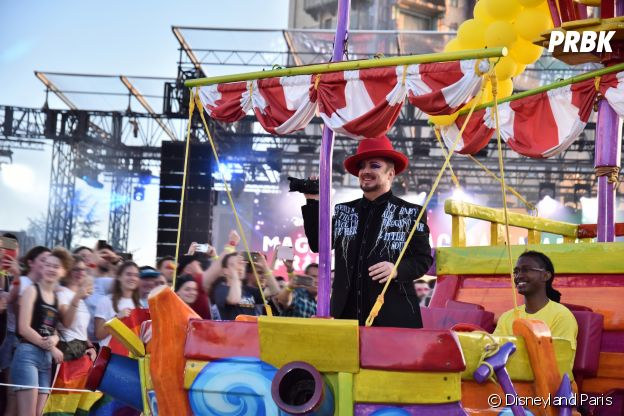 Magical Pride à Disneyland Paris : Boy George lors de la parade riche en couleurs