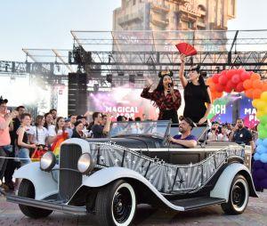 Magical Pride à Disneyland Paris : Rossy de Palma lors de la parade riche en couleurs