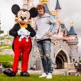 Antoine Griezmann et Mickey à Disneyland Paris
