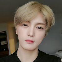 """Le chanteur de k-pop Kim Jaejoong (JYJ) s'excuse après son """"poisson d'avril"""" sur le coronavirus"""