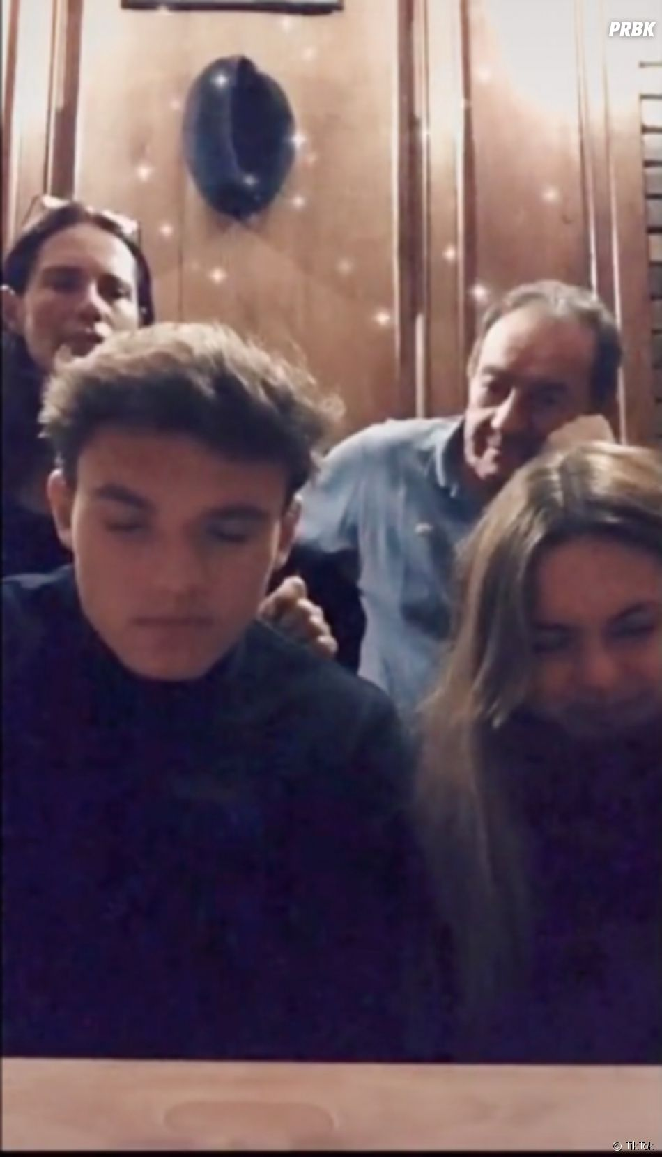 Lou Pernaut avec son frère Tom, sa mère Nathalie Marquay et son père Jean-Pierre Pernaut sur TikTok