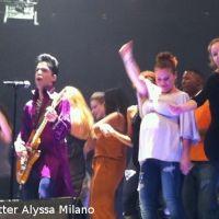 Alyssa Milano ... enceinte, elle s'éclate sur scène avec Prince (PHOTOS)