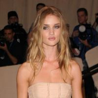 Rosie Huntington ... la bombe de Transformers 3 déclarée femme la plus sexy au monde (VIDEO)