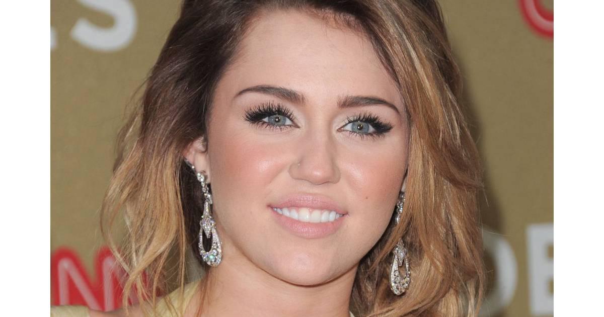 Miley Cyrus dvoile sa culotte sur le tapis rouge! - Actu
