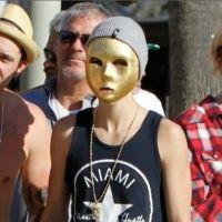 Justin Bieber sous couverture à LA : son drôle de masque doré (VIDEO)