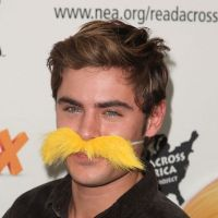 Zac Efron ose la moustache ! (PHOTOS)