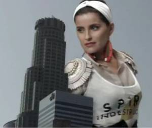 Nelly Furtado dans le clip déjanté Big Hoops (Bigger the Better)