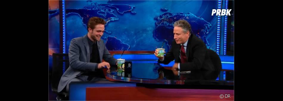 Robert Pattinson évite les questions en rigolant !
