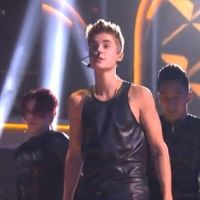 Justin Bieber : sexy en cuir pour une performance live d'As Long As You Love Me (VIDEO)