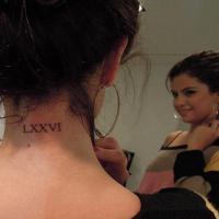 Selena Gomez : un nouveau tatouage ! Pour sa maman ? (PHOTO)