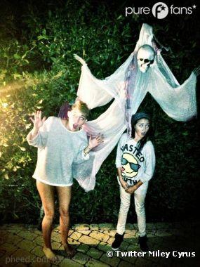 Miley Cyrus pose à moitié nue pour Halloween