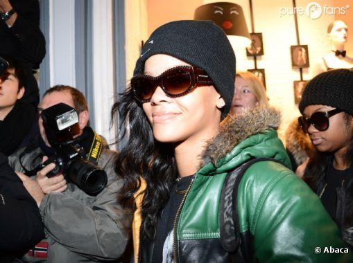 Rihanna a le sourire pour faire du shopping à Paris