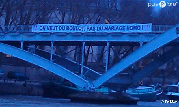 """La Manif pour tous : """"<em>On veut du boulot pas du mariage homo</em>""""."""