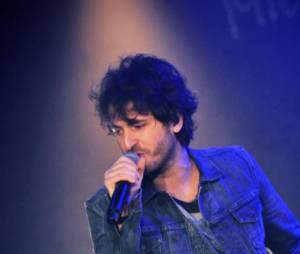 L'artiste chante aussi ses classiques lors de cette Purefans Session !