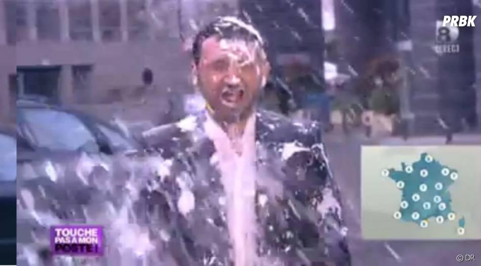 Des seaux d'eau en pleine face pour Cyril Hanouna en Miss Météo C+