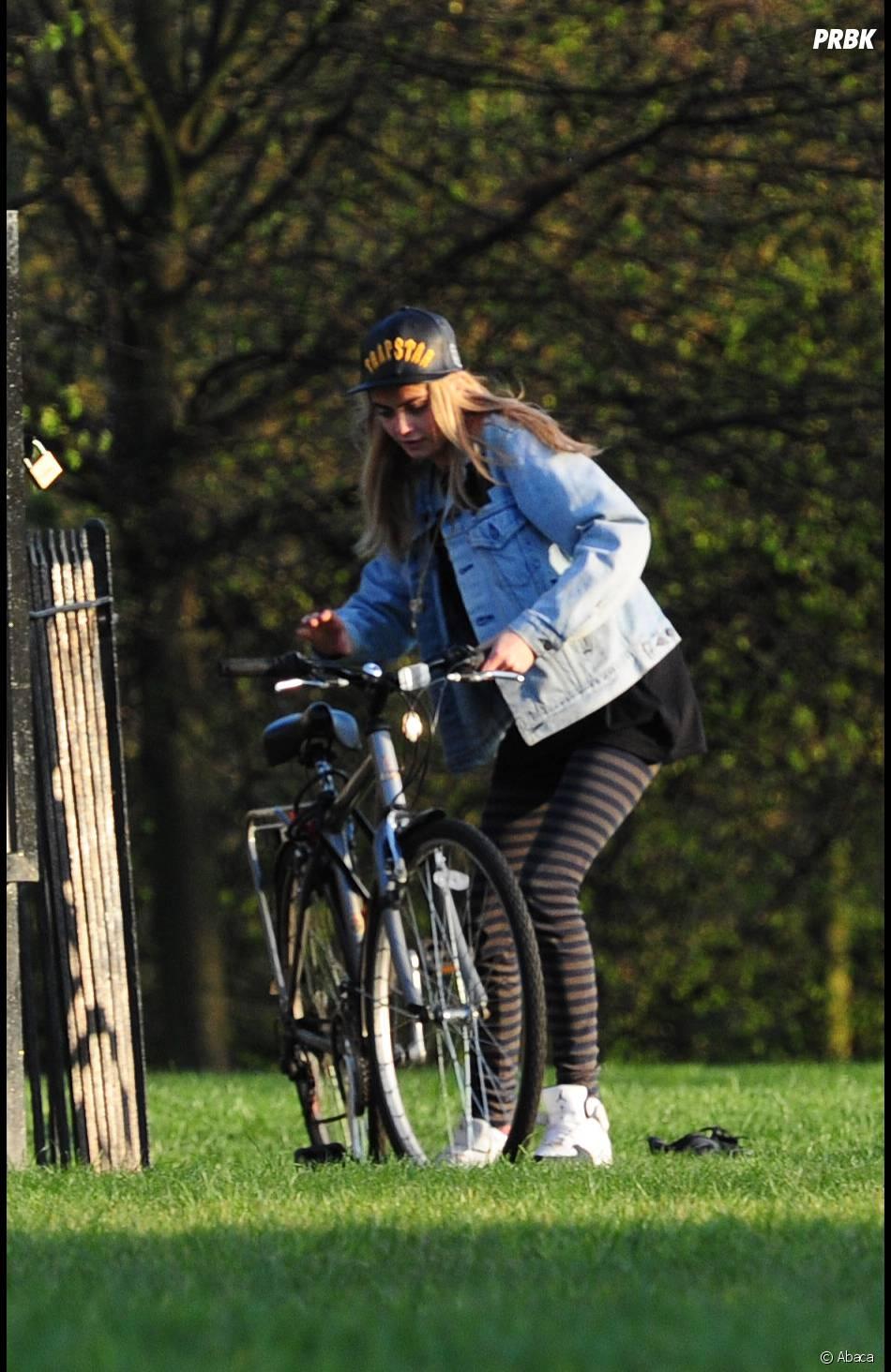 Cara Delevingne fait du vélo à Hyde Park à Londres