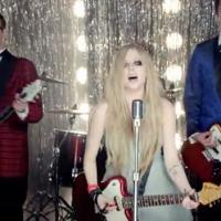 Avril Lavigne : Here's To Never Growing Up, le clip rock et festif