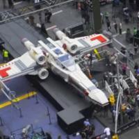 Star Wars : un vaisseau LEGO grandeur nature fascine Times Square
