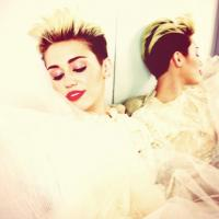Miley Cyrus en robe de mariée sur Twitter ? La photo qui embrouille tout le monde