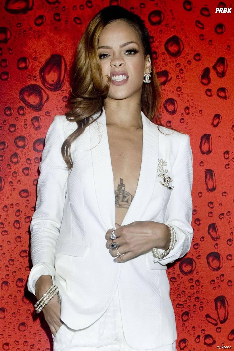 Rihanna a un gros tatouage sous la poitrine