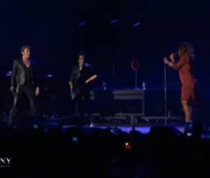 Amel Bent et Johnny Hallyday en duo sur la scène de Bercy le samedi 15 juin 2013.
