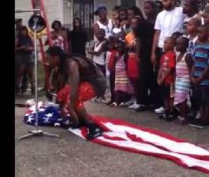 Lil Wayne marche sur le drapeau US sur le tournage de God Bless Amerika