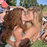 Bar Refaeli : baiser lesbien coquin sur Instagram