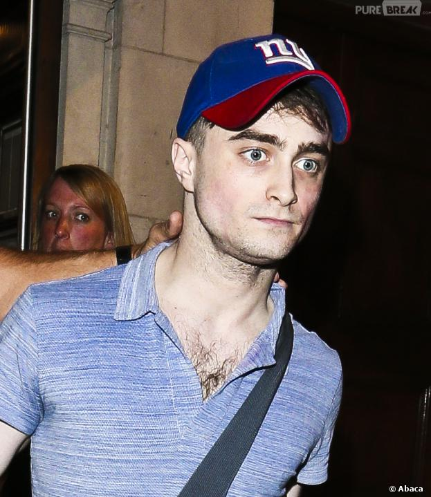 Daniel Radcliffe à la sortie du Noel Coward Theatre à Londres, où il joue depuis le 18 juin dans la pièce The Cripple of Inishmaan.