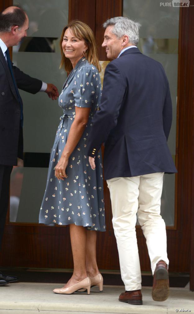 Carole et Michael Middleton devant le St Mary's Hospital, le 23 juillet 2013 à Londres