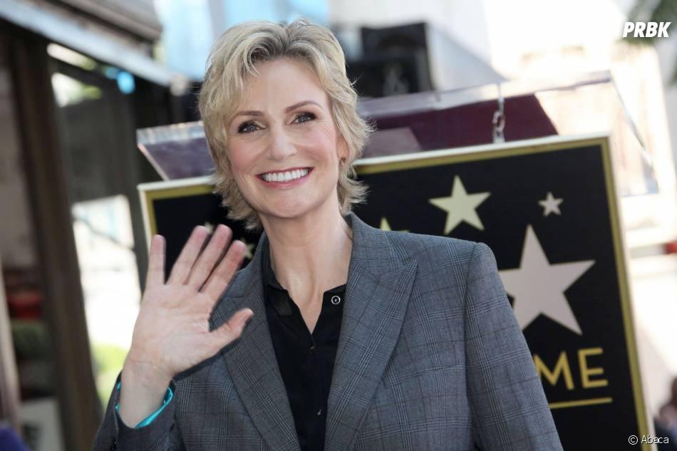 Jane Lynch souriante pour recevoir son étoile sur le Walk of Fame le 4 septembre 2013