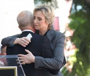 Jane Lynch émue par la déclaration de Ryan Murphy lors de la cérémonie lui donnant son étoile sur le Walk of Fame, le 4 septembre 2013
