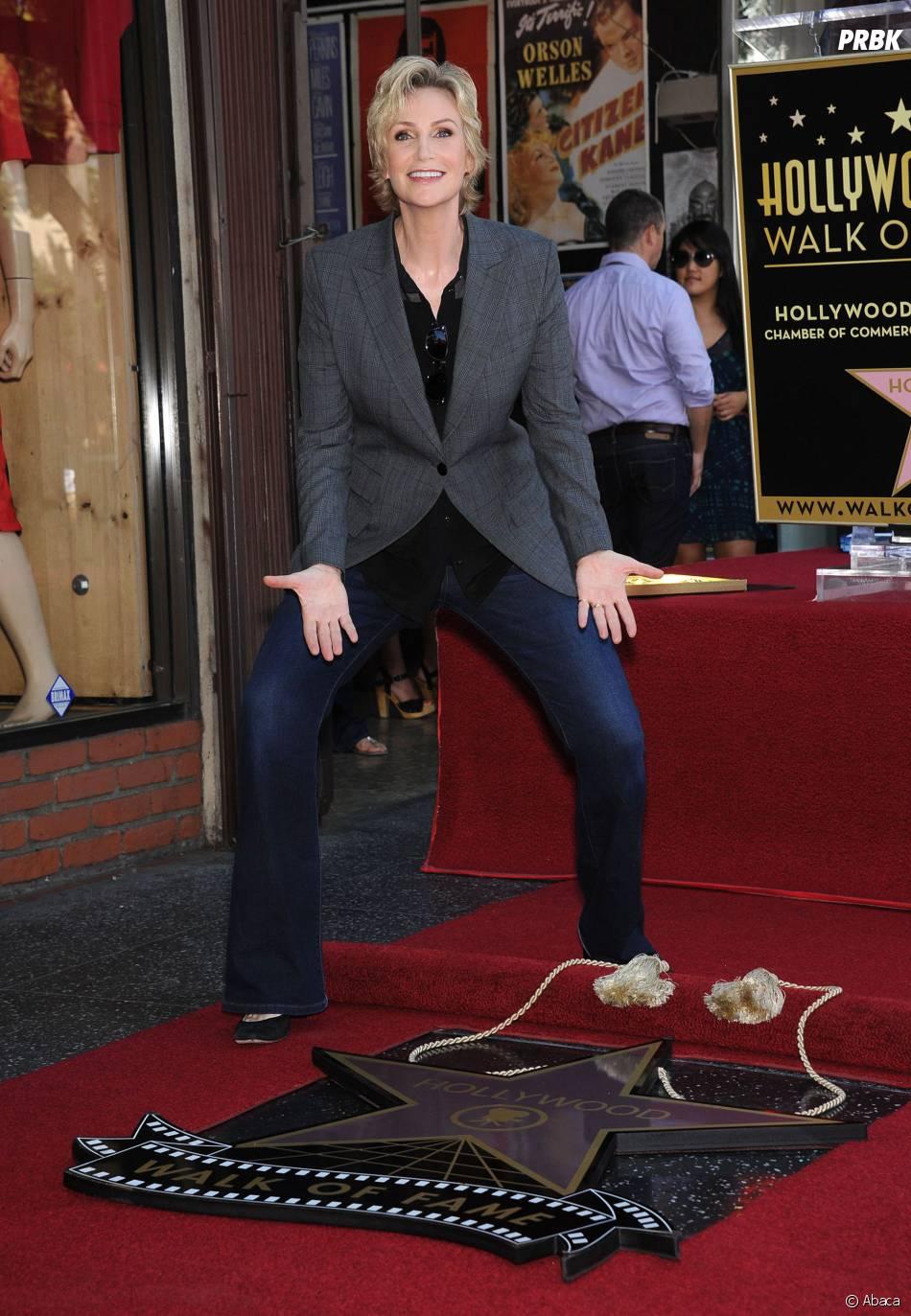 Jane Lynch s'éclate avec son étoile sur le Walk of Fame le 4 septembre 2013