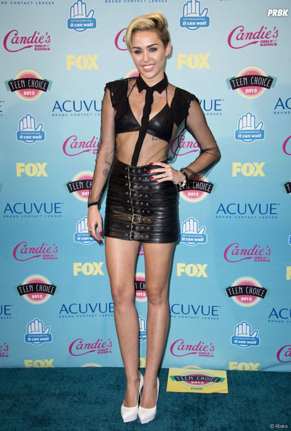 Miley Cyrus sur le tapis rouge des Teen Choice Awards 2013