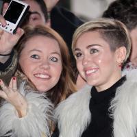 Miley Cyrus (presque) habillée dans les rues de Londres pour rencontrer ses fans