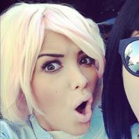 Nabilla Benattia en mode VRAIE bimbo à Tokyo : vive le blond et les mèches roses !