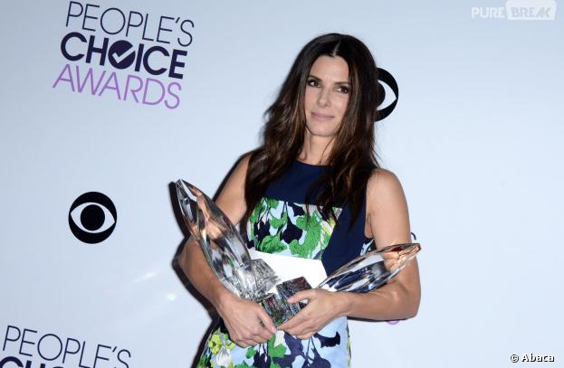 people 39 s choice awards 2014 sandra bullock repart les bras charg s. Black Bedroom Furniture Sets. Home Design Ideas