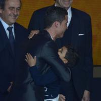 Cristiano Ronaldo et son fils : câlins et émotion sur la scène du Ballon d'or 2013