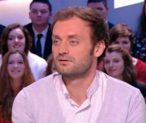 Antoine de Caunes se moque de ses chroniqueurs dans Le Grand Journal
