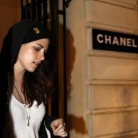Kristen Stewart à Paris : shopping chez Chanel... en Converse